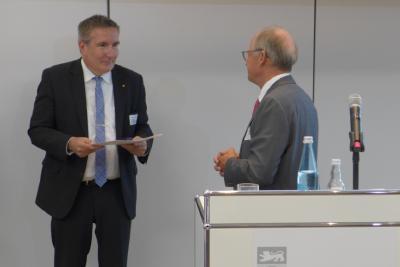 Landeshandwerkspräsident Rainer Reichhold überreicht Thomas Bürkle (l.) die Silberne Ehrennadel des baden-württembergischen Handwerks.  (c) Fachverband Elektro- und Informationstechnik Baden-Württemberg