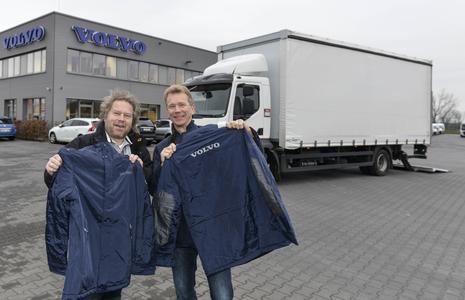 Spendentruck-Fahrer Bernd Müller und Uwe Hellmich freuen sich über die Spende von 465 Winterjacken für hilfsbedürftige Menschen  Foto: Sabine Stickforth