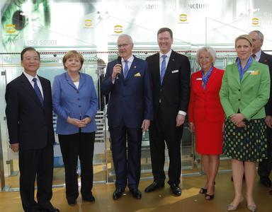 Der chinesische Ministerpräsident Wen Jiabao, Bundeskanzlerin Angela Merkel sowie Dietmar Harting, Philip Harting, Margrit Harting und Maresa Harting-Hertz