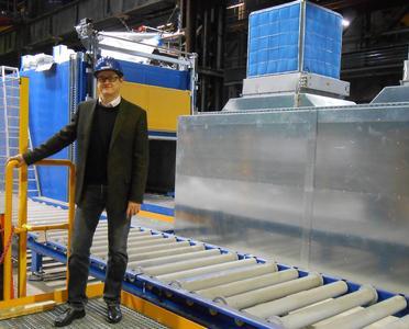Frank Walter, Geschäftsführer der Spezialguss Wetzlar GmbH vor der semiautomatischen Kaltharz-Formanlage