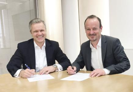 Uwe Beikirch, baramundi software AG Management Board (left), and Dr. Dirk Haft, WITTENSTEIN SE Management Board (right) after signing the contract / Sources: WITTENSTEIN SE