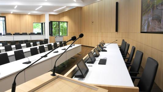 Die Konferenzmonitore CONVIS 125 von ELEMENT ONE fügen sich ebenso funktional wie harmonisch in den Raum ein. (Bildquelle: ELEMENT ONE)