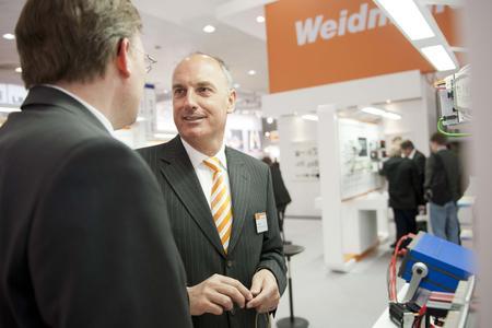 Weidmüller Vertriebsvorstand Volpert Briel (re.) verspricht beste Verbindungen und exzellente Services für den finnischen Markt