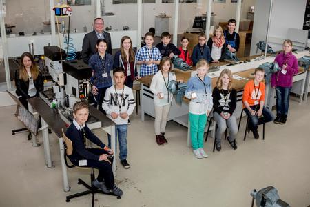 Die Kinder der Mitarbeitenden verbrachten einen spannenden Tag im NAZHA. Nico Gottlieb (im Hintergrund) freute sich über das rege Interesse der potenziellen Nachwuchskräfte