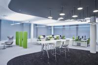 So macht das Arbeiten Spaß: In den modernen Workspaces mit Kommunikations- und Arbeitszonen passt sich die Beleuchtung dem Tageslicht an und ist zonal individuell gestaltet.