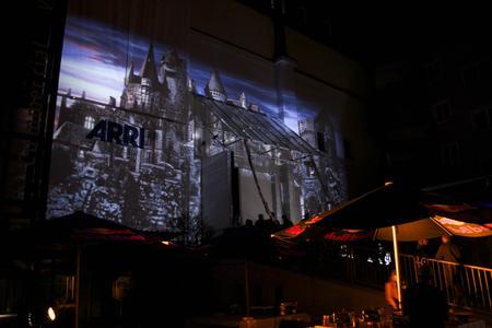 Christie Roadie HD+35K verwandelt Front der ARRI-Studios in eine Ritterburg © Rat Pack Filmproduktion GmbH