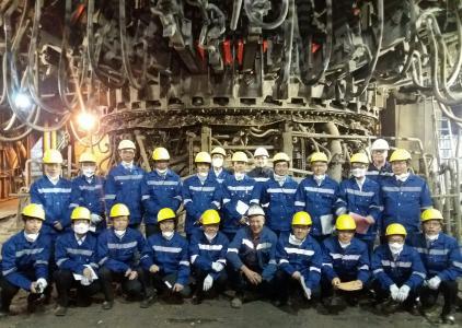 Delegation des japanischen Eisen- und Stahlinstituts vor dem SHARC-Elektrolichtbogenofen in der Betriebsstätte von Hellenic Halyvourgia, Griechenland