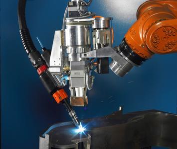 (Foto4) Neuentwickelter Laser-Hybrid-Schweißkopf mit integrierter 7. Roboterachse im flexiblen Hochleistungseinsatz an dickwandigen Stahlteilen