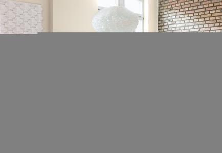 Sichtbarer Backstein kann ein guter Anfang sein: für einen einladenden Raum mit individuellem, ländlichem Charakter. Die Atmosphäre lebt von stimmungsvollen Gegensatzpaaren: glatt und rau, leicht und schwer, traditionell und modern. Foto: Caparol Farben Lacke Bautenschutz