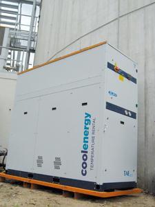 Mietkälte temperiert die Biomasse in mehreren Anlagen. Das Foto zeigt einen Kaltwassersatz vor einem Gärbehälter.  Foto: CoolEnergy Abdruck honorarfrei, bitte nur mit Quellenangabe.