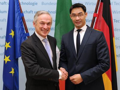 Bundesminister Dr. Philipp Rösler (rechts) mit dem irischen Wirtschaftsminister Richard Bruton © BMWi