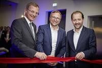 Gründer und CEO Michael Kräftner (Mitte), Landeshauptmann Stelzer (links) und Vizebürgermeister Baier (rechts) bei der Eröffnung des CELUM Campus