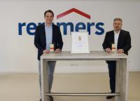 Dirk Sieverding (links, Vorstandsvorsitzender der Remmers Gruppe AG) und Jürgen Jahn (Leiter Personal der Remmers Gruppe AG) freuen sich über die Auszeichnung