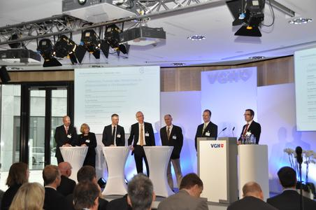 Podiumsdiskussion mit Minister Jörg Bode, Ulla Ihnen (Umweltministerium), Dr. Jörg Hermsmeier (EWE AG), Dr. Tobias Lösche-ter Horst (Volkswagen AG), Prof. Hans-Peter Beck (EFZN) und Jochen Herdecke (VGH)