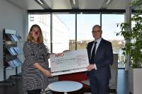 Zur Scheckübergabe von Dr. Martin Müller, Vorsitzender Geschäftsführer MID GmbH, besuchte Anja Richardson von Clownprojekt e.V. den Hauptsitz der Firma.
