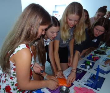 Mädchen erkunden High-Tech-Exponate (Bildquelle: Agentur für Arbeit, Petra Fischer)