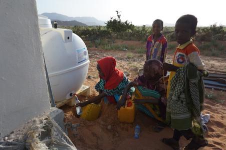Pic_1: Dorfbewohner nutzen das Wasserentsalzungssystem in Beyo Gulan, Somaliland (Quelle: Phaesun)