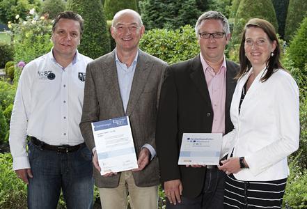 Geschäftsführer Laudert + Projektverantwortliche mit Siegel