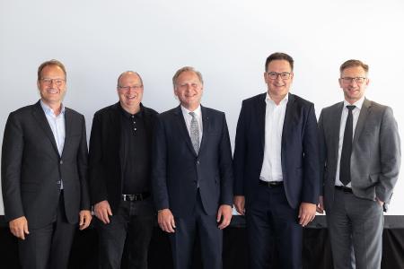 Neu im Vorstand der BVL (v.l.n.r.): Tim Scharwath, Vorstandsmitglied, Deutsche Post DHL, Bonn; Prof. Dr.-Ing. Kai Furmans, KIT, Universität Karlsruhe; Dr. Christian Jacobi, Geschäftsführer, agiplan GmbH, Mülheim a. d. Ruhr; Andreas Reutter, Mitglied der Geschäftsleitung, Robert BOSCH GmbH, Stuttgart; Stephan Wohler, Vorstand IT und Logistik, EDEKA Minden-Hannover Stiftung & Co. KG, Minden sowie Alexander Doll, Vorstand Finanzen, Güterverkehr und Logistik, Deutsche Bahn AG, Berlin (nicht auf dem Foto)