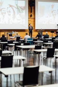 Die Absolventenfeier der Hochschule Aalen fand in diesem Jahr zum ersten Mal digital statt und wurde live aus der Aula übertragen, Fotohinweis: © Hochschule Aalen | Jan Walford