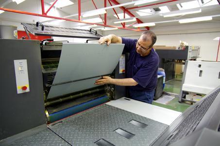 Offsetdrucker Ennio Dell'Anna spannt eine bebilderte SONORA XP Platte in der Sechsfarben-Bogenoffsetmaschine ein
