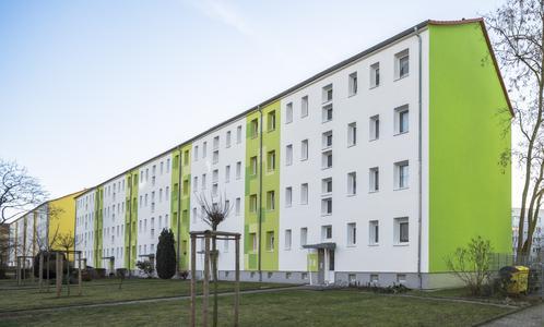 Die vollflächige Beschichtung der fensterlosen Giebelwände leitet die Farbgebung jedes Hauses in der Moskauer Straße 2 bis 38 in Halle mit einem Paukenschlag ein. Gefordert waren Werkstoffe, die über ein Höchstmaß an Farbtonstabilität verfügen. Foto: Caparol Farben Lacke Bautenschutz