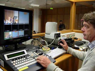 Rudi Luik vom Geschäftsbereich IT, AV-Medien, des Uniklinikums Tübingen in einer der Regien zur Übertragung von Vorlesungen und Veranstaltungen