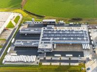 Fast 100 Prozent seines Stroms bezieht trans-o-flex aus regenerativen Energiequellen. Teilweise wird Strom sogar mit Photovoltaikanlagen selbst produziert, wie hier auf dem Dach des Sortierzentrums im westfälischen Hamm-Rhynern. Im Luftbild auch erkennbar ist die Y-Form der Anlage, die viele Ladetore bei geringem Flächenbedarf ermöglicht