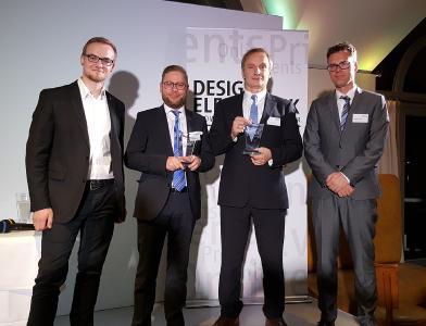"""Jonas Diekmann (links) und Kilian Schmale (Zweiter von links) nahmen stellvertretend für das Unternehmen die Auszeichnung zum """"Innovator des Jahres"""" in München entgegen. Auch Armin Deinzer, Strategic Sales Manager EMEA (HIROSE), und Joachim Klawonn, Business Development Manager Industry (HIROSE, rechts), freuten sich über den Preis"""