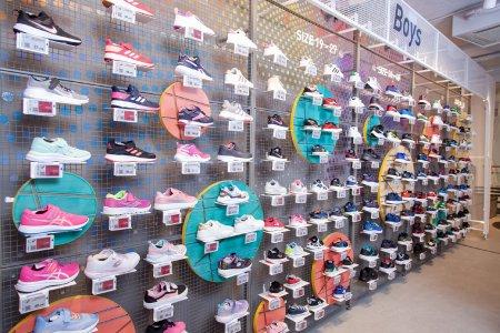 Sportschuhe auf Regalwand