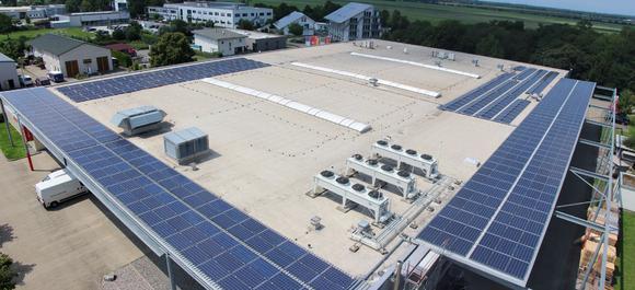 Mit einer Investition von 300.000 Euro in eine Fotovoltaikanlage kann CEWE in Eschbach künftig ca. 15 Prozent seines Energiebedarfes mit Sonnenenergie decken