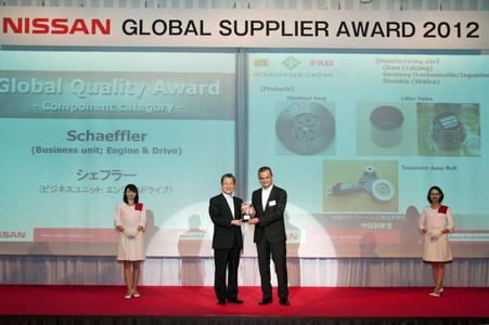 "Presentation of the 2012 Nissan ""Global Quality Award"" (from left): Toshiyuki Shiga, COO of Nissan, and Matthias Zink, President of Schaeffler Automotive Asia-Pacific"