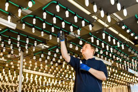 """Der sogenannte """"Leuchtenhimmel"""" im Prüflabor in Garching b. München ist einer der größten seiner Art weltweit. Hier werden Leuchtmittel hinsichtlich ihrer Lebensdauer einem Dauertest unterzogen. Die Paneelen sind einzeln programmier- und steuerbar und schalten die Lampen tausende Male ein und wieder aus"""