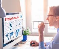 Eine Frau die am Schreibtisch sitzt und sich als erstes den aktuellen Status ihrer Produktdaten anschaut.
