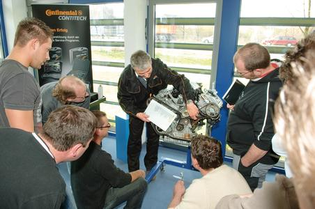 Focused on practical skills: Trainer Kai-Uwe Suppé explains how to change belts. The participants can practice this procedure on different engines / Photo: ContiTech