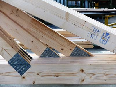 Qualität mit Siegel: Die gleichbleibend hohe Qualität der Nagelplattenbinderkonstruktionen wird bei GIN-Mitgliedsbetrieben durch Eigen- und Fremdüberwachungen gesichert: Bauaufsichtlich akkreditierte Überwachungsstellen führen Fremdüberwachungen durch, die sich nach den Anforderungen der Bauordnungen richten, um das Ü- und das CE-Zeichen zu vergeben. Darüber hinaus werden Betriebe, die das RAL-Gütezeichen Nagelplattenprodukte (RAL-GZ 601) führen, stichprobenhaft umfassenden Fertigungskontrollen unterzogen. Foto: Opitz/GIN, Ostfildern; www.nagelplatten.de