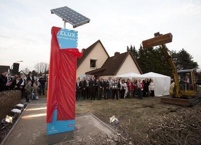 Feierlich enthüllt: die Infostele informiert über Ziele und Inhalte des Projekts VELUX LichtAktiv Haus, einer Modell-Modernisierung in Hamburg-Wilhelmsburg auf der Suche nach dem Bauen und Wohnen der Zukunft