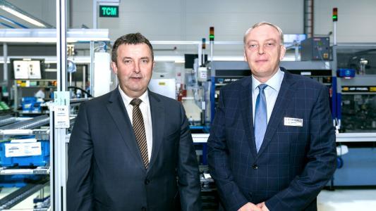 Attila Bíró (right), Managing Director of Knorr-Bremse Fékrendszerek Kft., greeting Dr. László Palkovics, Hungarian Minister for Innovation and Technology