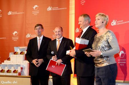 Olaf Piepenbrock (2. v. l.) und Detlef Volmer (2. v. r.) von Hastamat nahmen den Preis stellvertretend für die Innovationsteams entgegen. (Bild: dvi)