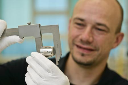 Heraeus zählt bei der Herstellung von Platintiegeln zu den Marktführern und fertigt Standardausführungen und Sonderanfertigungen von Laborgeräten mit verschiedensten Abmessungen. (Quelle: Heraeus)