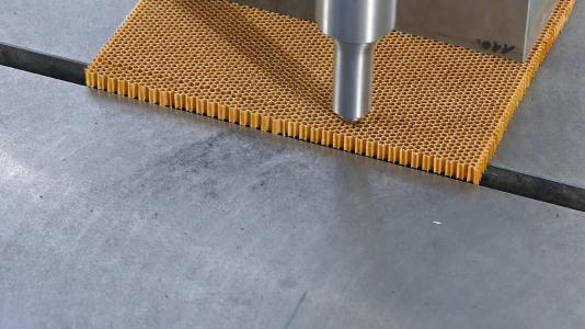 Schnittergebnis mit Ultraschallunterstützung bei Honeycomb-Struktur Papier