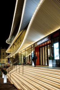 Reference project of LED Linear: The new facade of the Galeries Lafayette Centre Bourse in Marseille, designed by Moatti-Rivière, is an architectural masterpiece, which is embellished with a spectacular light line of LED linear