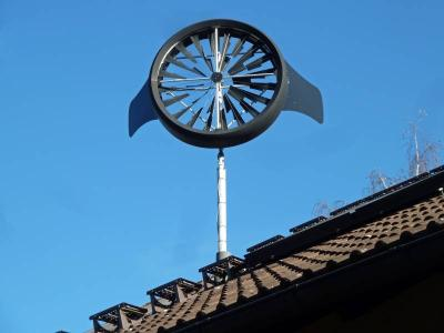 Mikro-Windanlage auf einem privaten Dach