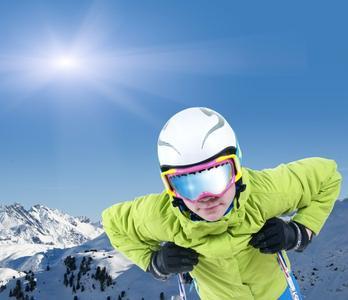 Immer mehr Wintersportler nutzen Skihelme. Damit sie bequem sind, müssen sie möglichst gut an die Kopfform angepasst sein / ©Caruso13/Fotolia