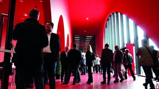 """Gäste der Eröffnungsfeier im """"Roten Foyer"""" (Bildnachweis: Messe Dornbirn GmbH)"""