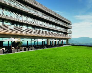Klare Architektur und weitläufige Gründachflächen prägen das einzigartige Ambiente des neuen Hotels Achalm / Quelle: Futter Fotodesign