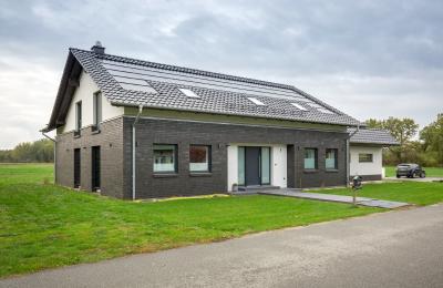 Neubau mit 18 kW PV-Leistung, Sektorenkopplung und intelligenter Wärmepumpensteuerung (SG Ready)