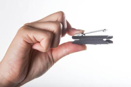 Tunai Clip klein in der Hand