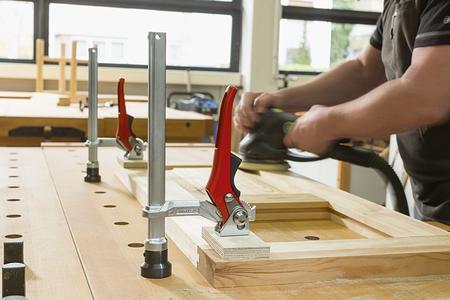 Besonders praktisch für die Arbeit an langen Werkstücken ist das BESSEY Spannelement mit Hebelgriff: Mit einer einzigen Handbewegung ist es schnell und sicher fixiert.