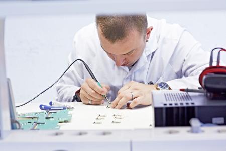 Präzisionsarbeit bei der Sensorfertigung am am Firmensitz in Halle (Saale)
